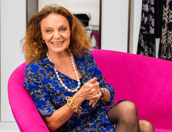 "SANTA MONICA, CA - NOVEMBER 17:  Fashion Designer Diane von Furstenberg attends the book signing of  her book ""The Woman I Wanted To Be'' at the opening of the new DVF Santa Monica boutique, on November 17, 2014 in Santa Monica, California.  (Foto por Valerie Macon/Getty Images)"